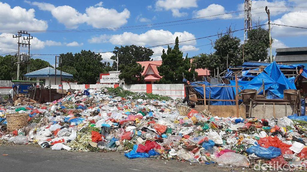Tumpukan Sampah Berserakan di Jalanan Pekanbaru, Warga Komplain