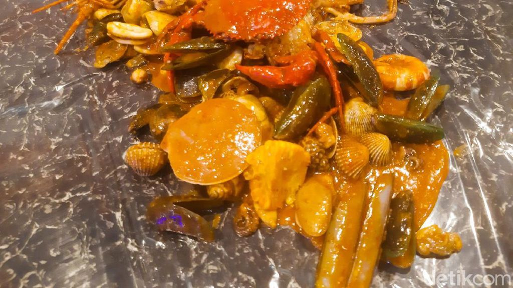 Maknyuus! Aneka Kerang dan Kepiting Saus Padang Racikan Seafood Bang Bey