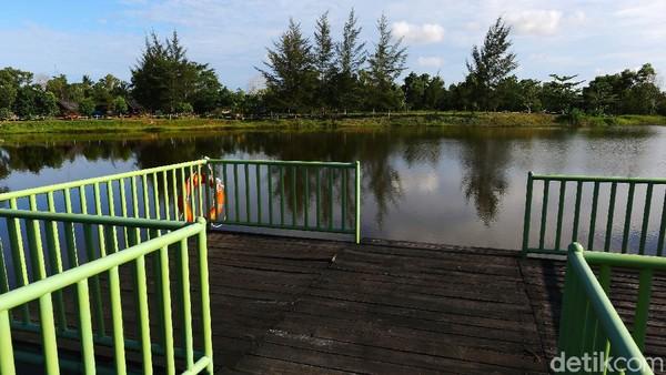 Salah satu spot foto yang keren ada di dermaga danau buatan (ex. Tambang timah) ini.