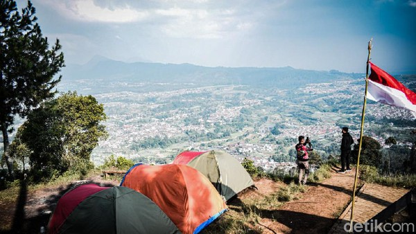 Yang pertama ada Camping Ground Gunung Putri, tepatnya di Geger Bintang Matahari. Berada di ketinggian 1.587 MDPL, objek wisata tersebut menyuguhkan city view pada siang hari dan city light pada malam hari. (Whisnu Pradana/detikTravel)