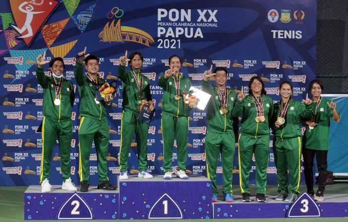 Jawa Timur menyapu bersih medali emas di cabang olahraga tenis PON XX Papua di lapangan tenis Sian Soor Kantor Walikota Jayapura, Kamis (7/10/2021) (PB PON XX Papua/Husni Yamin)