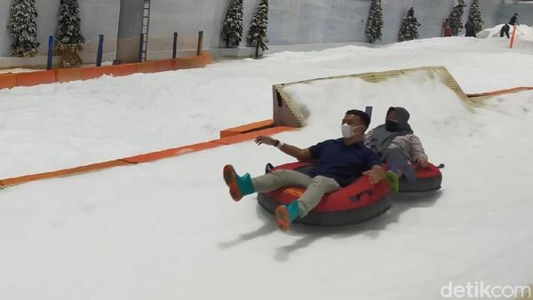 Setelah memasuki kawasan salju, ada wisatawan yang menikmati keseruan bermain snow tube yang meluncur di atas salju. (Tasya Khairally/detikcom)