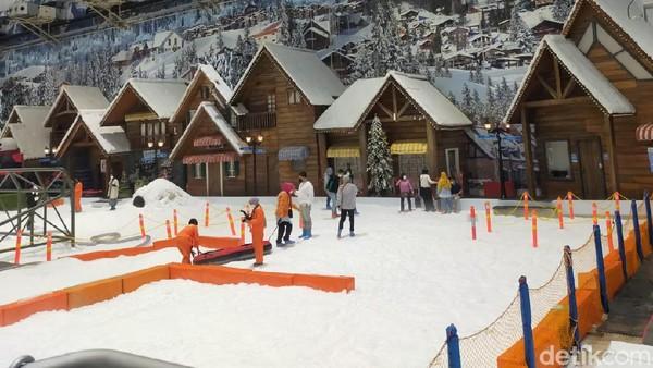 Pada hari pertama Trans Snow World Bekasi dibuka terlhat wisatawan yang mulai berdatangan. (Tasya Khairally/detikcom)