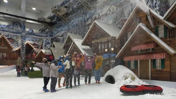 Tak ketinggalan, kalangan ibu-ibu pun asyik menikmati semburan salju(Tasya Khairally/detikcom)