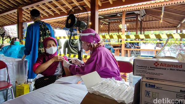 Vaksin with a viewbisa ditemui di Kabupaten Kulon Progo, Daerah Istimewa Yogyakarta (DIY). Tepatnya di sebuah kedai kopi bernama Kopi Ingkar Janji yang terletak di kawasan wisata kuliner, Kapanewon Girimulyo.