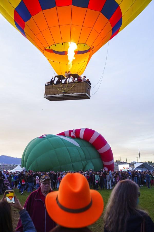 Setelah tertunda akibat pandemi COVID-19, festival balon udara tersebut digelar di kota Albuquerque, New Mexico.