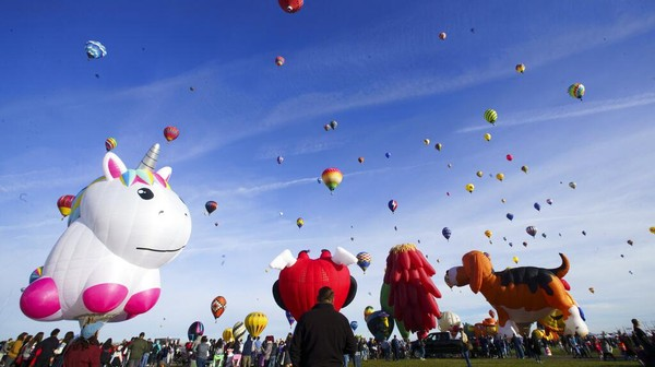 Balon udara beragam warna dan bentuk menghiasi langit kota Albuquerque, New Mexico.