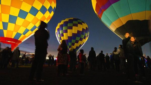 Festival balon udara internasional ini pun menarik perhatian masyarakat. Tak sedikit pengunjung datang ke sana untuk berfoto di antara balon udara itu.