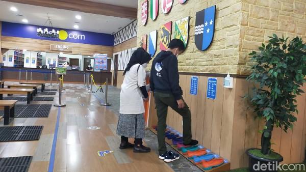 Terlebih dahulu, wisatawan akan dipinjamkan sepatu boot yang sesuai dengan ukuran kaki.(Tasya Khairally/detikcom)