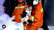 Momen Menegangkan Damkar Evakuasi Bayi Terjebak Lift di Jaktim