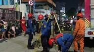 Damkar Jaktim Evakuasi Handphone Warga yang Jatuh di Gorong-gorong