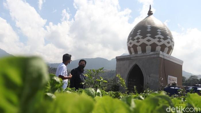 Menteri BUMN Erick Thohir berkunjung ke lokasi Buruan Sehat Alami Ekonomis (SAE). Disana ia kepincut ingin halaman masjid BUMN ditanam sayur.