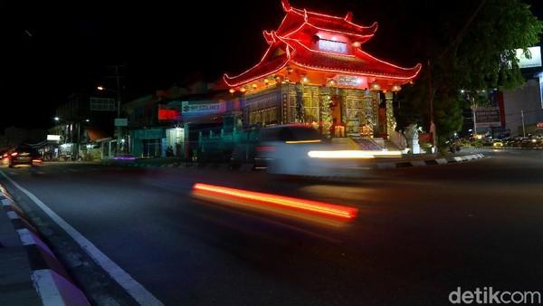 Terlebih pada malam hari, Kelenteng ini terlihat sangat indah akibat pantulan cahaya merah dan kuningnya. Kelenteng ini juga berperan sebagai monumen bersejarah, jadi sangat layak untuk dijaga kelestariannya.