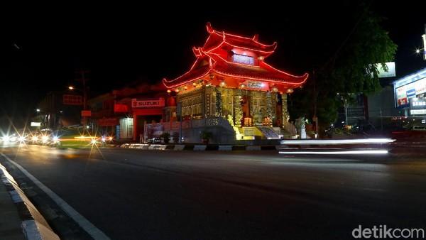 Menurut budayawan Bangka Belitung, Ahmad Elvian posisi Klenteng Fuk Tet Che tampak menghadap ke seluruh bagian jalan karena dahulu kala klenteng ini sebagai satu-satunya tempat sembahyang dari tiga kampung yang berada di dekat klenteng. Ketiga kampung ini yakni Tet Fu (kampung besi), Yung Ko Hin (semabung) dan kampung betur.