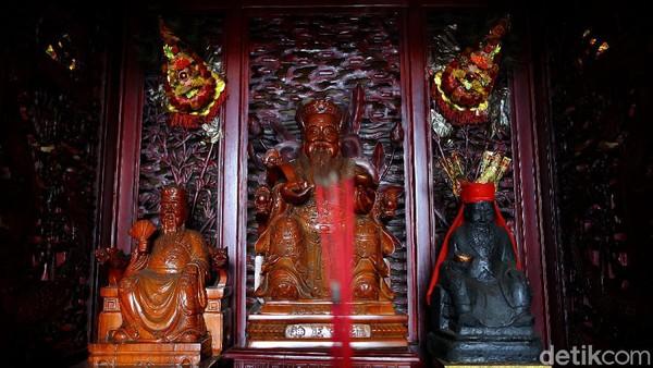 Menurut cerita juga sekitar 200 tahun dilokasi Klenteng ini adalah pendam (perkuburan). Ada makam warga Boen yang dipercaya sebagai pendiri Kota Pangkalpinang.