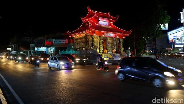 Klenteng ini berada tepat di simpang Semabung baru di perempatan jalan menuju Pangkalpinang kota.