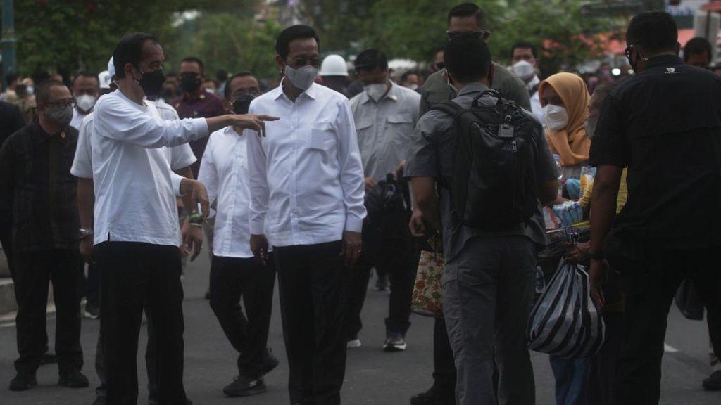 Momen Jokowi Bagi-bagi Bantuan untuk PKL di Malioboro