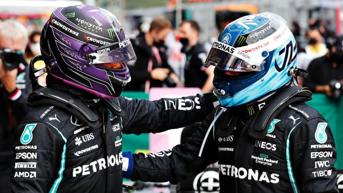 ISTANBUL, TURKEY - OCTOBER 09: Pole position qualifier Lewis Hamilton of Great Britain and Mercedes GP and second place qualifier Valtteri Bottas of Finland and Mercedes GP celebrate in parc ferme during qualifying ahead of the F1 Grand Prix of Turkey at Intercity Istanbul Park on October 09, 2021 in Istanbul, Turkey. (Photo by Umit Bektas - Pool/Getty Images)