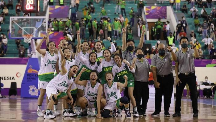 Tim Basket Putri Jawa Timur Berhasil Meraih Medali Emas Setelah Mengalahkan Bali di Final Yang Berlangsung di Mimika Sport Complex. Sabtu (09/10/2021)