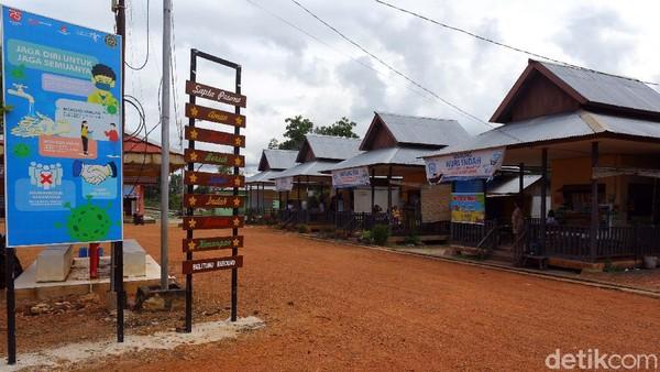 Wisatawan dari berbagai daerah biasanya selalu datang berkunjung. Ciri khas sekolah Laskar Pelangi ini juga masih dipertahankan keasliannya hingga saat ini.
