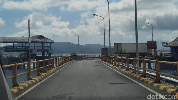 detikcom bersama Wuling Almaz menyeberang dari Ketapang, Banyuwangi menuju Gilimanuk, Bali sekitar pukul 09.15 WIB. Keberangkatan ini lebih awal dari jadwal di tiket penyeberangan yakni pukul 10.00 WIB karena kondisi kapal yang sepi. Dari pantauan detikcom tak banyak kendaraan pribadi yang menyeberang. Kebanyakan isi kapal adalah truk-truk yang mengangkut logistik.