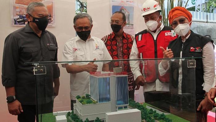 Ketua Dewan Komisioner Otoritas Jasa Keuangan (OJK) Wimboh Santoso (kedua kiri) didampingi anggota Komisi XI DPR Indah Kurnia (kanan) meninjau maket gedung OJK Regional 4 Jawa Timur saat pencanangan pembangunan gedung OJK Regional 4 Jawa Timur di Jalan Gubernur Suryo, Surabaya, Jawa Timur, Sabtu (9/10/2021). Pembangunan gedung OJK Regional 4 Jawa Timur tersebut diharapkan akan semakin menguatkan sinergi yang kolaboratif dan koordinatif dari seluruh pemangku kepentingan dalam mendorong peningkatan kesejahteraan masyarakat di Jawa Timur. ANTARA FOTO/Didik Suhartono/foc.