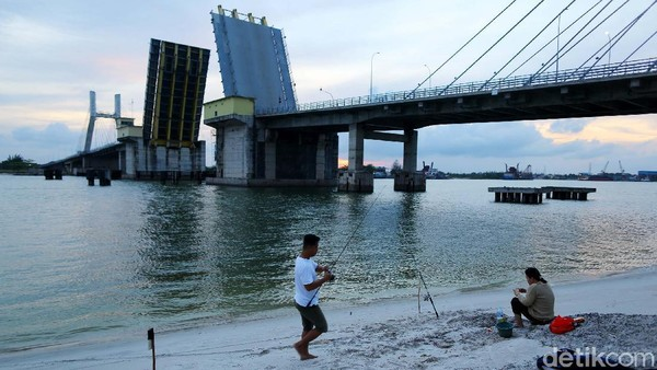 Ada warga yang menikmati senja sambil memancing.Jembatan ini memiliki keunikan, bisa dilihat dari segi fungsi jembatan ini dimana memakai teknologi bascule yang artinya bisa dibuka tutup saat ada kapal-kapal besar yang melintas di sekitar pelabuhan yang terletak tak jauh dari jembatan.