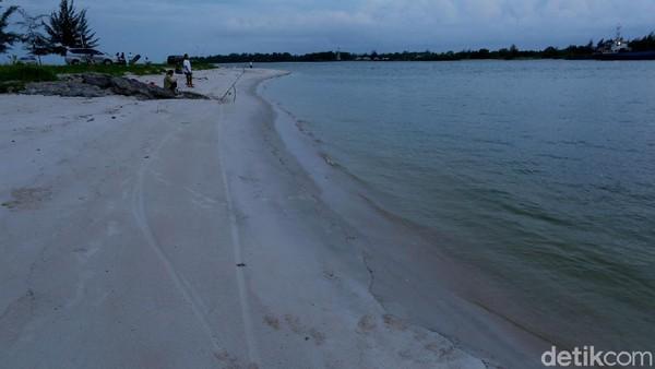 Hamparan pasir putihnya juga asyik untuk dinikmati bermain bersama keluarga. Eits, tapi inget, jangan sampai lengah yaa, ini lautan lepas kadang air dan ombaknya juga lumayan kencang.