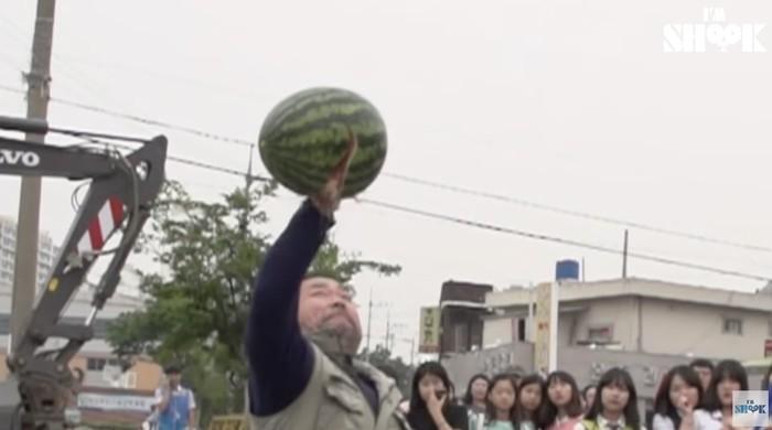 Samson Korea! Pria Ini Pecahkan Semangka dan Es Balok Pakai Tangan