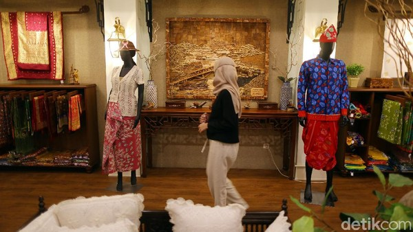 Tins Gallery dan Boutique Resto ini terletak di pusat kota yang beralamat di Jalan Sudirman, Kota Pangkalpinang, Pulau Bangka.