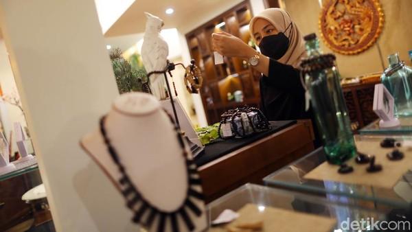 Tins Gallery hadir untuk mendukung UMKM yang ada di Bangka Belitung guna menjadikan showcase produk-produk kreatif dari negeri serumpun sebalai. Maka tak heran bila Tins Gellery ini juga dijadikan tempat destinasi wisata baru.
