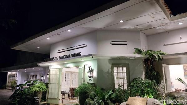 Selain sebagai Galeri, Tins Gallery juga sebagai destinasi wisata yang memiliki kapasitas sebagai plasa di tengah kota, dengan dukungan cafe dan resto yang berkualitas, menu kuliner yang istimewa, interior dan outdour area yang Instagramable dan pelayanannya yang excellent.