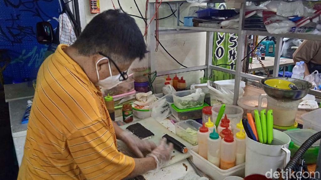 Sempat Kerja di Amerika, Mantan Chef Ini Jualan Sushi di Pasar Lama Tangerang