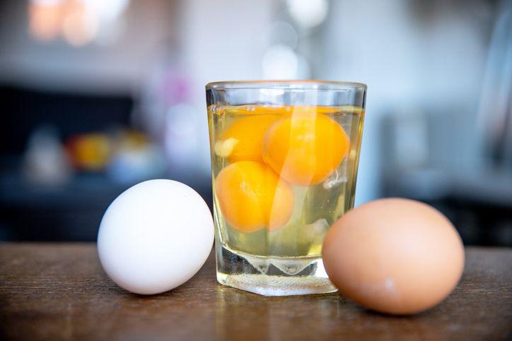Penjelasan mengenai apakah aman mengonsumsi putih telur mentah.