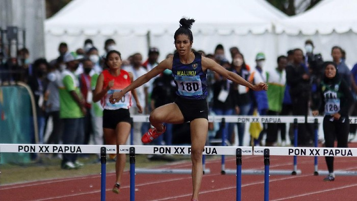Atlet Maluku, Alvin Tehupeiiory (180) berhasil meraih medali emas Atletik PON XX Papua nomor Lari 400m Gawang Putri setelah di babak final menjadi yang tercepat dengan catatan waktu 61,65 detik di Stadion Atletik Mimika Sport Center, Minggu (10/10/2021). (Foto : PB PON XX Papua / Ady Sesotya)