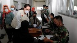 Ratusan mahasiswa dan masyarakat sekitar kampus berbondong-bondong melakukan vaksinasi massal di Universitas Nahdlatul Ulama, Kalimantan Barat.