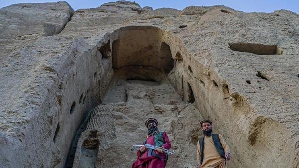 Pasukan bersenjata Taliban kini berjaga di celah-cela tebing batu yang menganga yang terletak di Provinsi Bamiyan. (AFP)