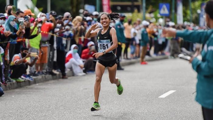 Pelari DKI Jakarta Odekta Elvina Naibaho finis pertama pada nomor marathon atletik PON XX Papua di kawasan Kuala Kencana, Mimika, Sabtu (9/10/2021). PB PON XX Papua / Rommy Pujianto