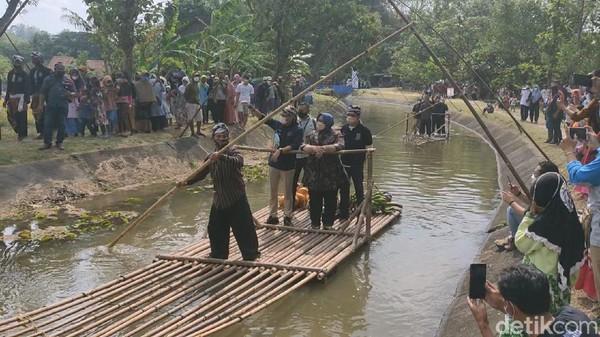 Ditemani Bupati Sragen,= Kusdinar Untung Yuni Sukowati, Sandiaga Uno menyempatkan diri untuk naik perahu bambu atau yang disebut gethek oleh masyarakat lokal. Sandiaga naik gethek dalam perjalanan ke Punden Tingkir. (Andika Tarmy/detikTravel)
