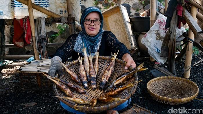 Bisnis ikan asap ternyata menggiurkan. Dari bisnis ini, rupanya bisa menghasilkan omzet mencapai Rp 1 juta per hari.