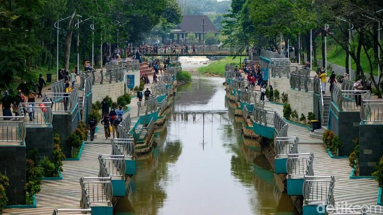 Taman Kota 2 BSD ramai dikunjungi warga saat akhir pekan. Lokasi ini memang menjadi destinasi liburan dengan bujet murah di Kota Tangerang Selatan, Banten.
