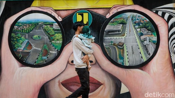 Di sini juga terdapat mural yang bisa dijadikan objek foto.