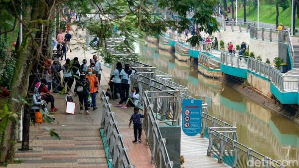 Seiring turunnya level PPKM, taman-taman kota pun sudah boleh dibuka untuk umum. Begitu juga dengan Taman Kota BSD yang berada di kawasan Serpong ini.