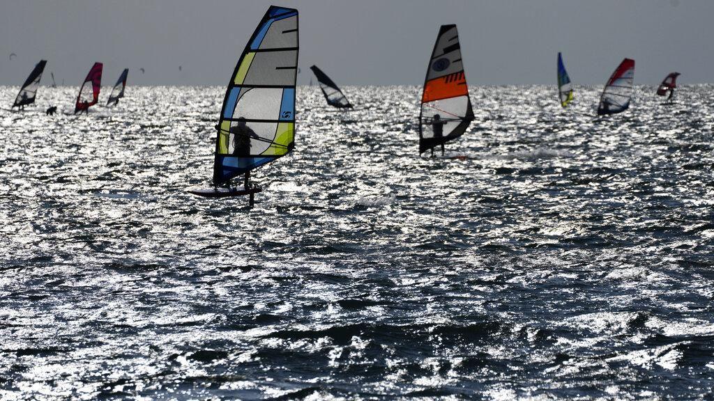 Surga Peselancar Angin di Danau Italia