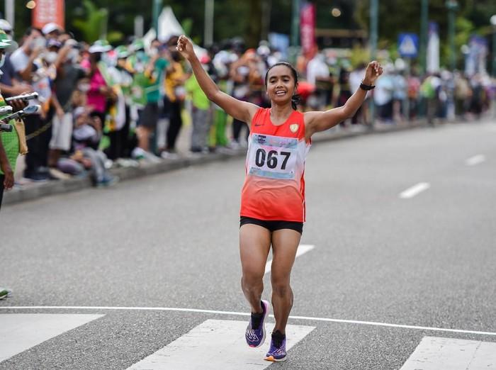 Pelari DKI Jakarta Triyaningsih finis kedua pada nomor marathon atletik PON XX Papua di kawasan Kuala Kencana, Mimika, Sabtu (9/10/2021). PB PON XX Papua / Rommy Pujianto