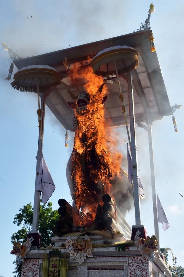 Prosesi pembakaran peti berbentuk lembu atau sapi putih yang berisi jenazah Ida Pedanda Nabe Gede Dwija Ngenjung saat upacara Ngaben di kawasan Sanur, Denpasar, Bali, Jumat (8/10/2021).