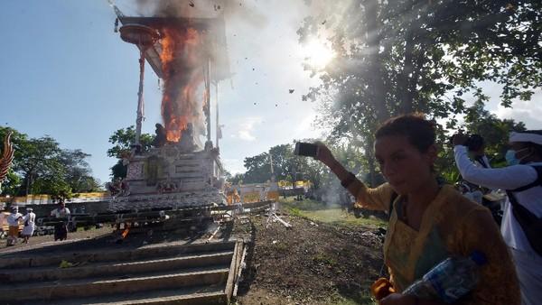 Upacara tersebut merupakan upacara Ngaben berskala besar pertama yang digelar selama masa pandemi COVID-19 setelah turunnya level PPKM di Bali dari level 4 berubah menjadi level 3.