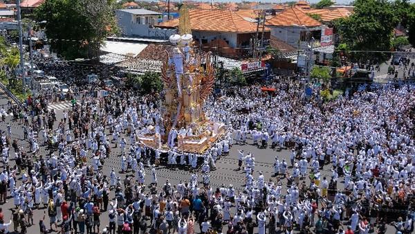 Ratusan warga mengiringi arak-arakan bade atau menara usungan jenazah Ida Pedanda Nabe Gede Dwija Ngenjung saat upacara Ngaben di kawasan Sanur, Denpasar, Bali, Jumat (8/10/2021).