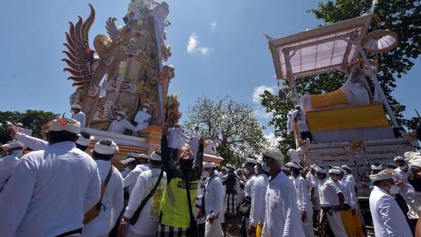 Ida Pedanda Nabe Gede Dwija Ngenjung adalah seorang pemuka agama Hindu di Bali.
