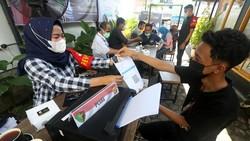 Polda Aceh bekerja sama dengan pengusaha cafe dan restoran untuk menggelar vaksinasi dari warkop ke warkop. Hal ini dilakukan untuk mencegah penularan COVID-19.